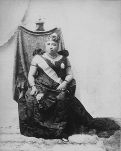 800px-Liliuokalani_sitting_on_chair_draped_with_feather_cloak